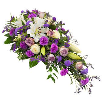 Båredekorasjon i hvite og lilla farger