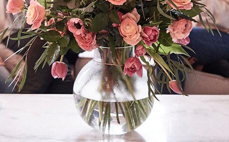 Tulipaner i gennemsigtig vase