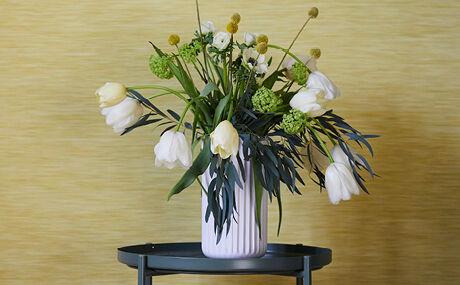 Tulipaner i høj og smal vase