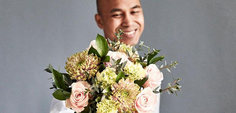Send flowers to share that joyful spring feeling!